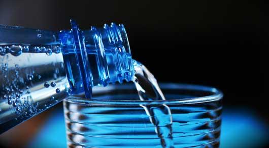 nach dem Saunieren Wasser trinken